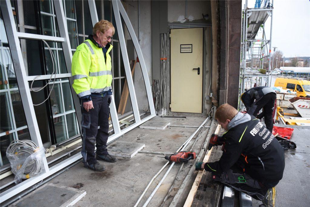 Hermann und Thorsten Fimpeler setzten das neue Fenster ein.