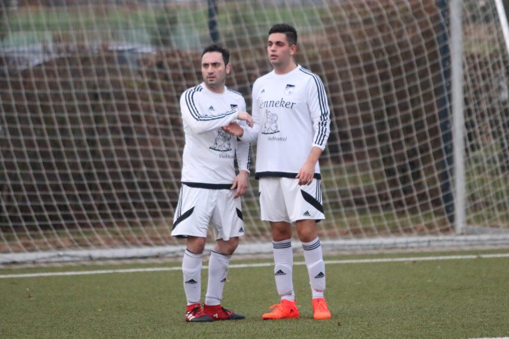 Johannes Eroglu (r.) glaubt, dass sich sein älterer Bruder Daniel (l.) in seiner Jugend bei einem Bundesliga-Club hätte durchsetzen können.