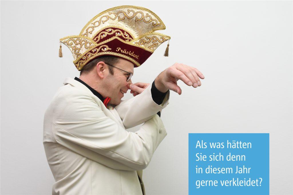 Als Kitt-Präsident gibt es für Matthias Kortenbusch in der Karnevalszeit vor allem viele Anlässe, um seine Kitt-Uniform zu tragen - mit Narrenkappe, Fliege und Orden. Aber verkleiden tut er sich auch, wenn sich die Gelegenheit bietet. Dieses Jahr wäre er - wenn das gegangen wäre - gerne als Kitt-Bazillus gegangen, der Corona die Stirn bietet. Oder eben als Elefant.