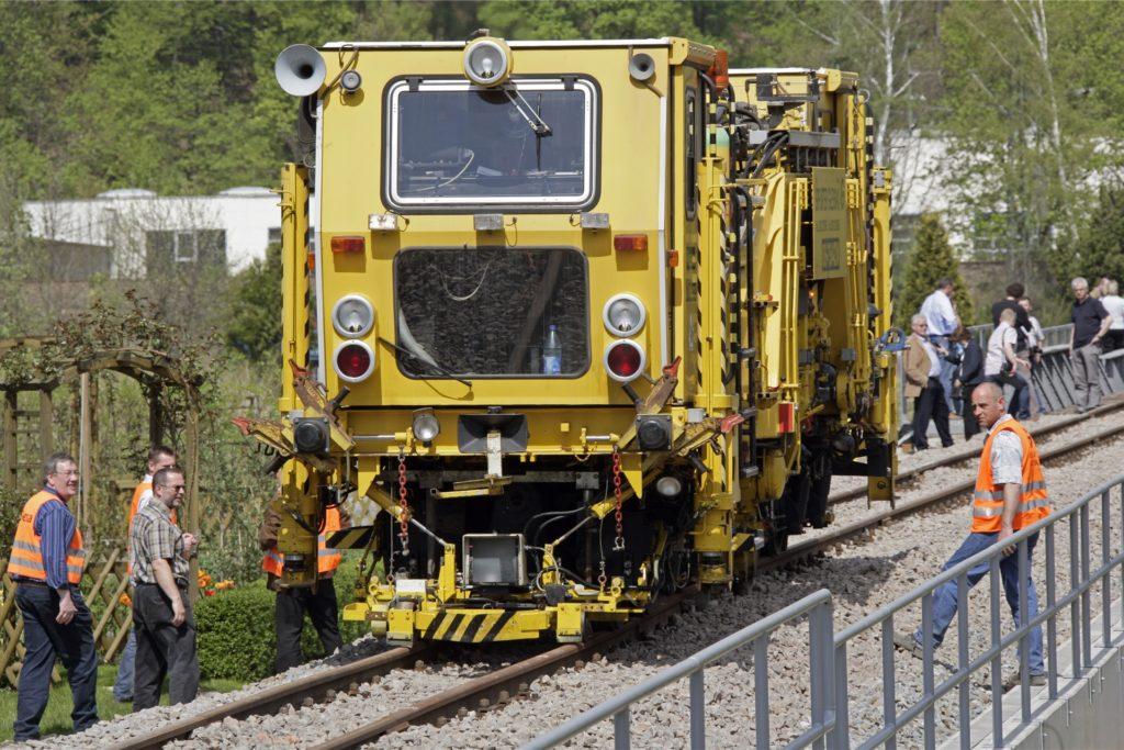 Mit der Gleisstopfmaschine wird das Schotterbett wieder ausgerichtet und verdichtet.