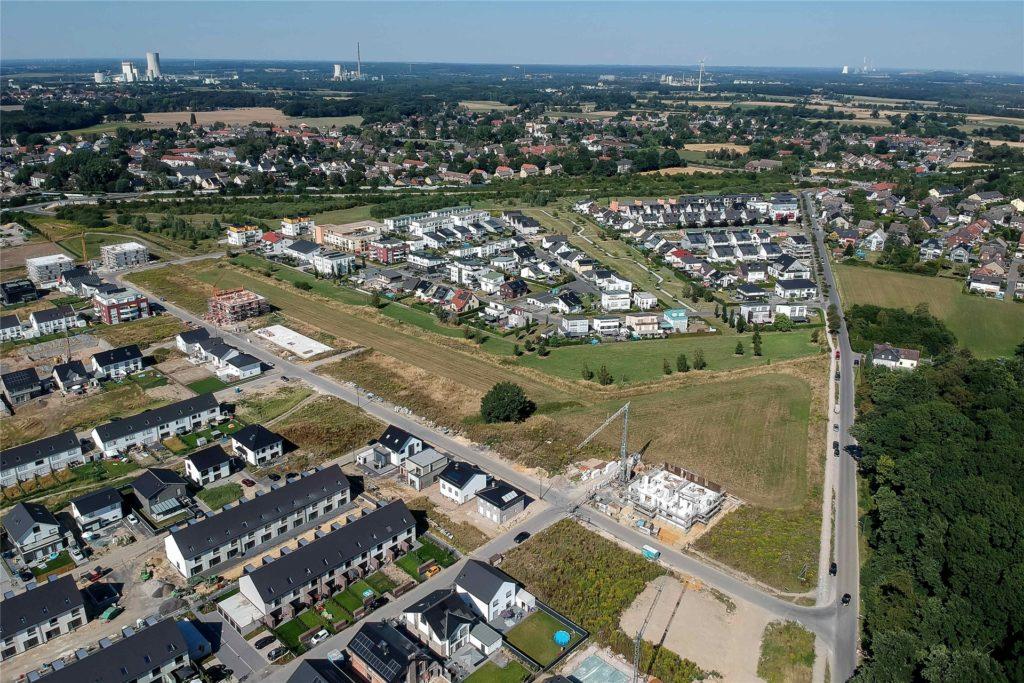 Ganz oben in Dortmunds Norden ist beinahe ein ganz neuer Stadtteil entstanden: die Brechtener Heide. Im ersten und zweiten Bauabschnitt (r.) soll der Straßenausbau zeitnah beginnen.