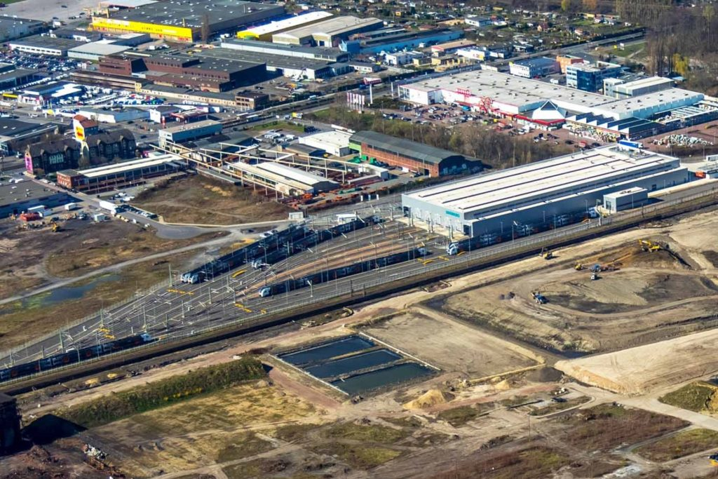 Siemens Mobility plant eine Erweiterung des 2018 eröffneten Zug-Instandhaltungswerks. Es liegt am Rande des Gewerbegebiets an der Bornstraße (oben).