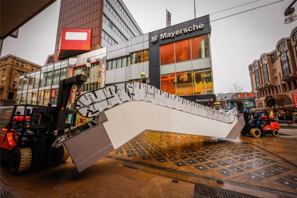 Weil hier Maßarbeit erforderlich war, wurden die jeweils fünf Tonnen schweren Rolltreppen mit kleinen Spezialkränen durch den Haupteingang des früheren Schuhhauses Roland in Dortmund bugsiert