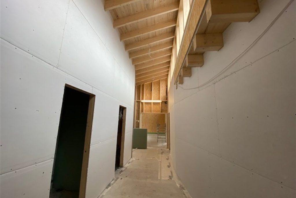 Der neue Kindergarten ist alles andere als ein Zweckbau, er überzeugt beispielsweise mit seinen hohen Decken und viel natürlichem Licht.