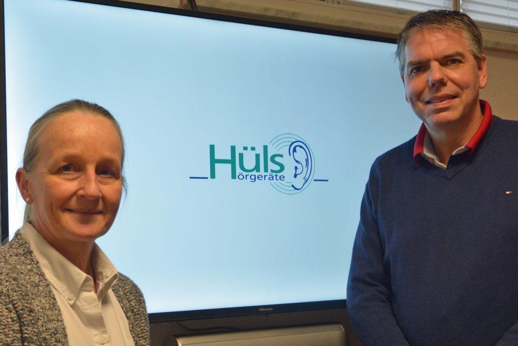 Das Ehepaar Hüls betreibt den Hörakustik-Betrieb an der Zaunstraße in Haltern.