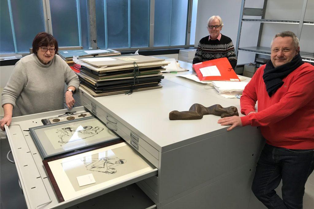 Ingrid Sommer-Brinkamp (Geschäftsführerin der Tisa-Stiftung), Lambert Lütkenhorst (Vorsitzender) und Michael Sagenschneider (Kuratoriumsmitglied und RAG-Genehmigungsmanagement) im Archivraum.