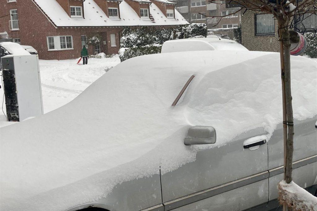Auch zahlreiche Autos zeigen sich am Sonntag eingeschneit.