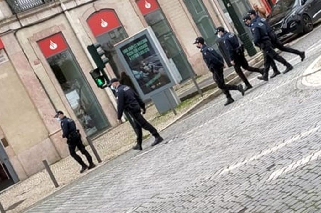 Die Polizei kontrolliert jeden, der sich auf der Straße aufhält.