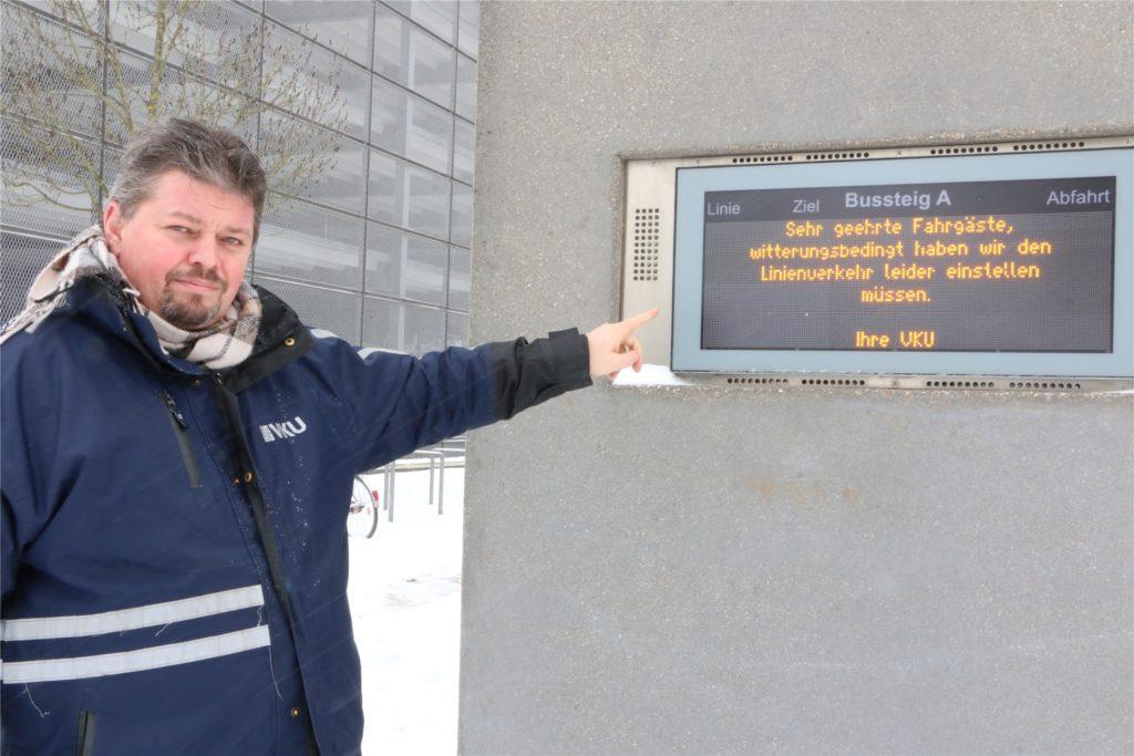 Michael Magnus vor der Dynamischen Fahrgastinformationstafel am Bahnhof Kamen. Den Text hat er an der Lünener Straße ins System eingegeben.