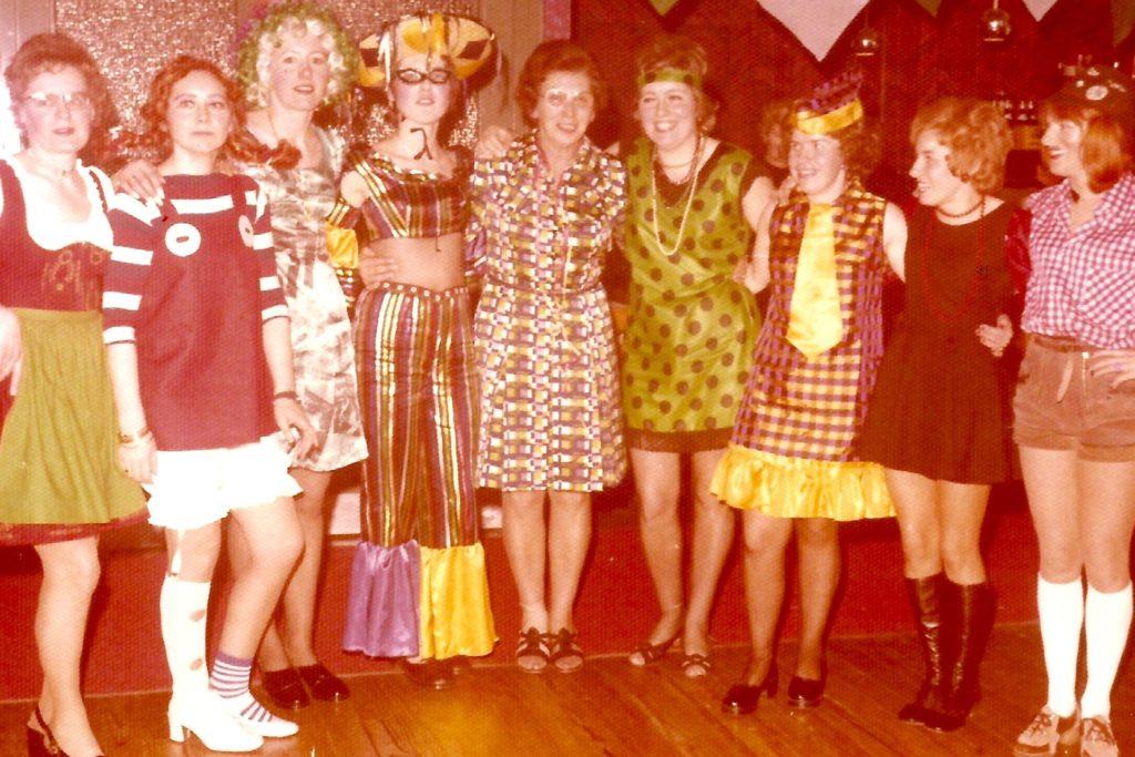 Ein Bild vom ersten Hardter Frauenkarneval 1971 (Gründerin Ulla Fleischer zweite von links als Pippi Langstrumpf verkleidet).