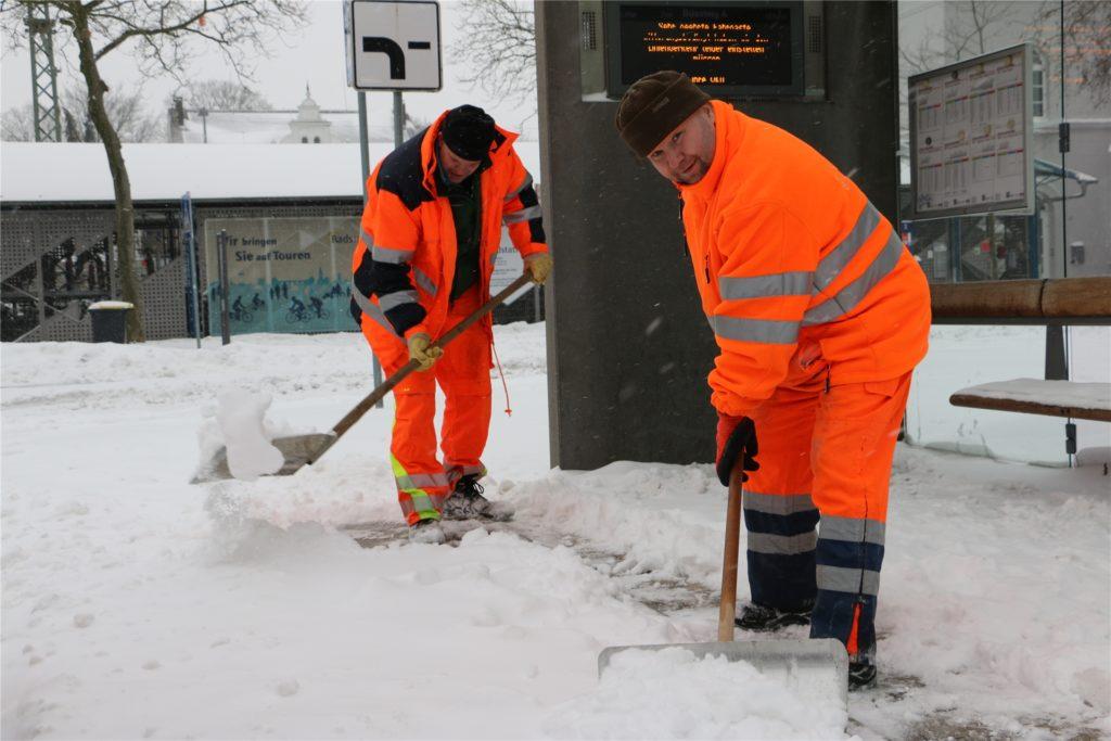 Kräfte des Bauhofs an einer Bushaltestelle am Bahnhof, die gegen Mittag geräumt wird.