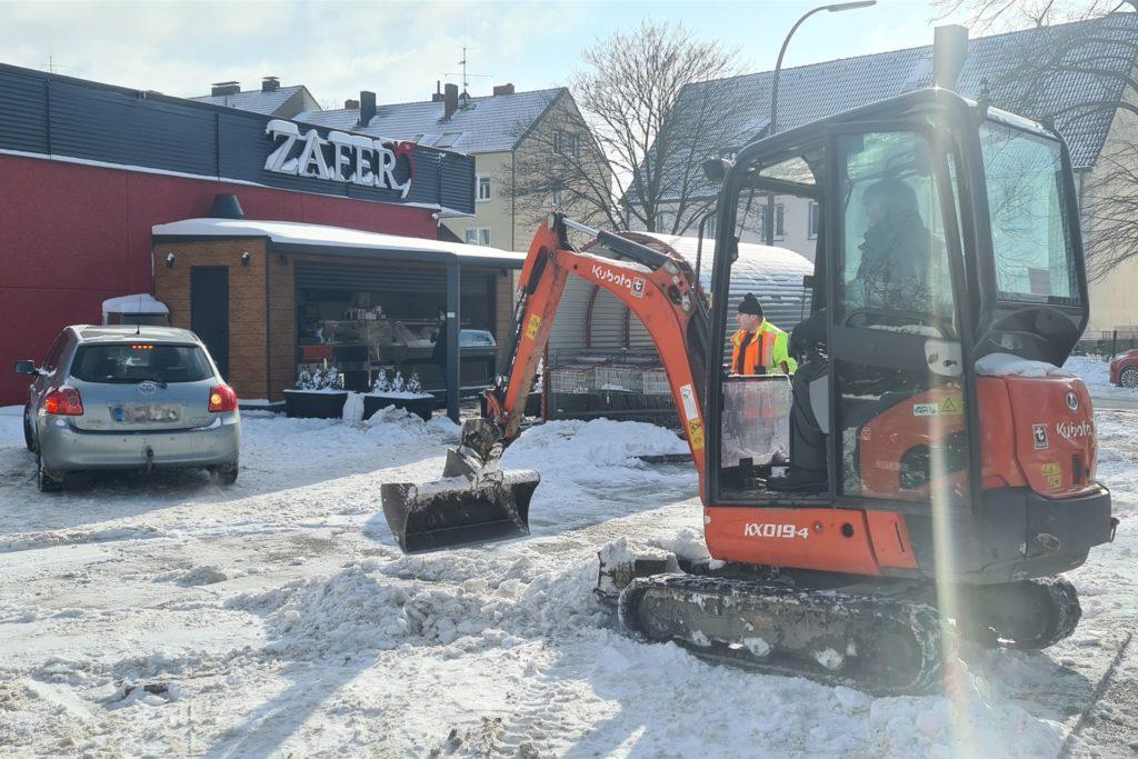 Es dauerte den ganzen Tag, den Parkplatz von Eis und Schnee zu befreien.