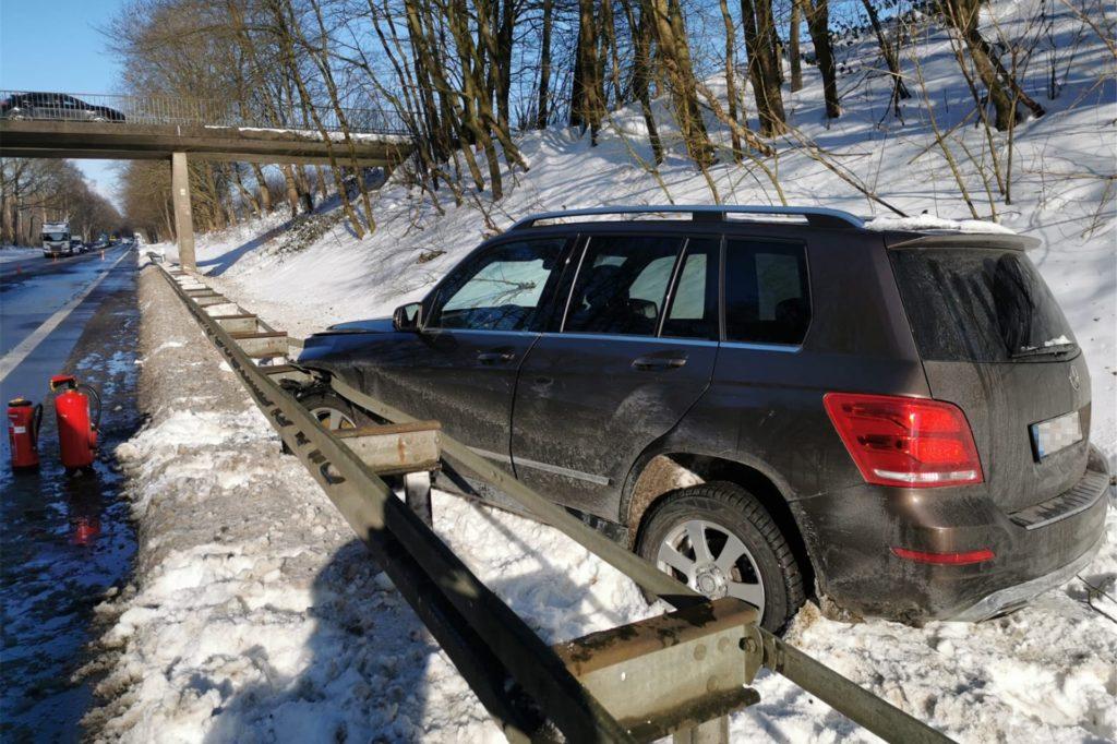 Der Fahrer geriet hinter die Leitplanke.