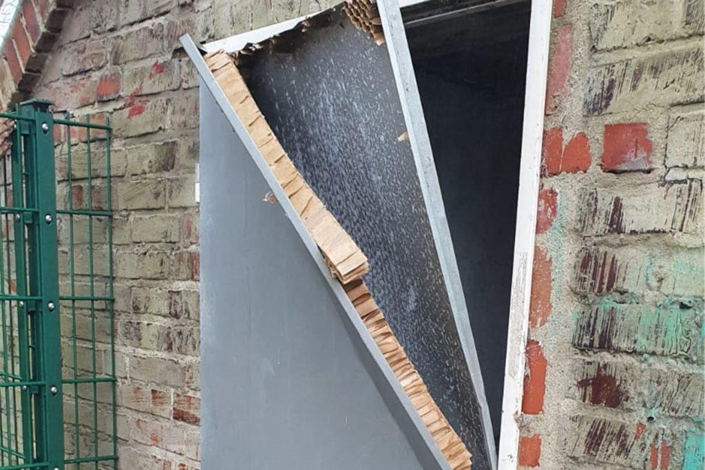 Unbekannte haben vergeblich versucht, eine Tür aufzubrechen. Sie ist zerstört und muss ersetzt werden