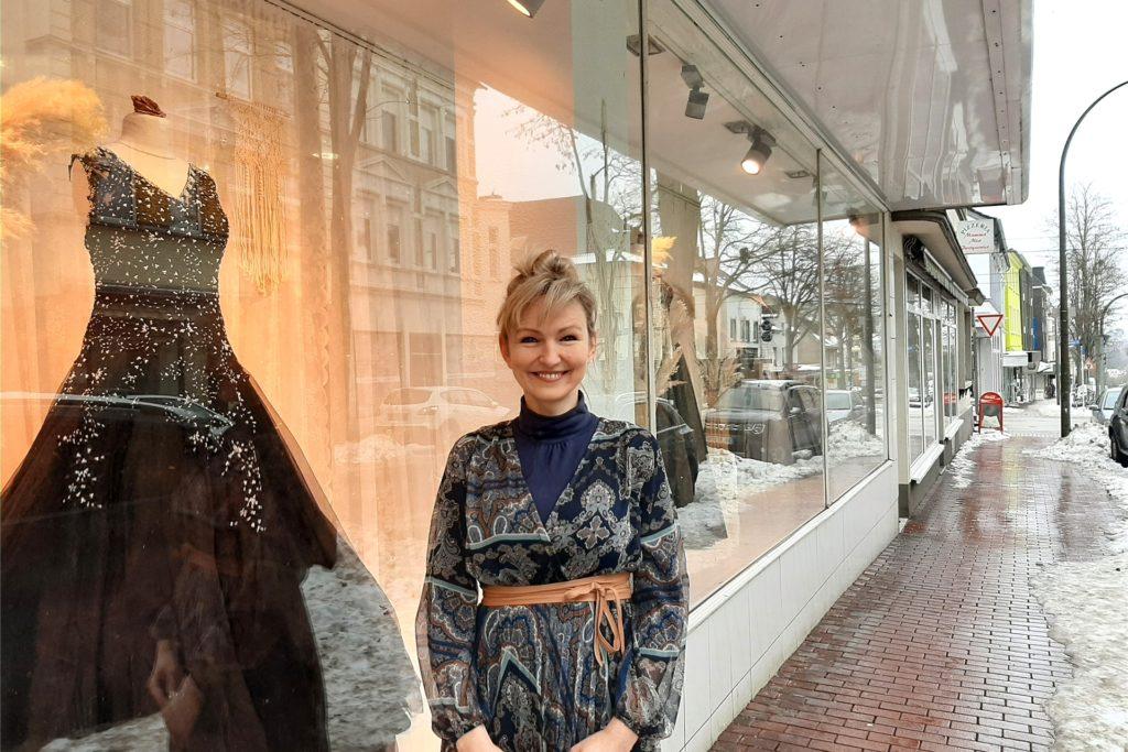 Claudia Haskic vor dem Schaufenster ihres Brautmodengeschäftes