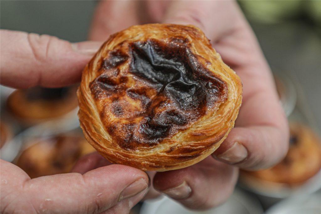 Pasteis de Nata, Blätterteig-Törtchen mit Sahnecreme, sind eine portugiesische Spezialität.