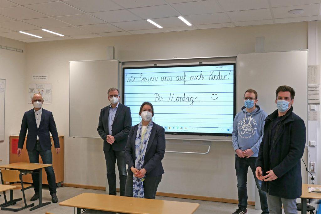Beigeordneter Werner Leuker (v.l.), Fachbereichsleiter Reinhold Benning, Schulleiterin Christiane Wilhelmus, Niklas Terglane (Stadt Ahaus) und Chief Digital Officer Thomas Spieker freuen sich über die neuen Tafeln.