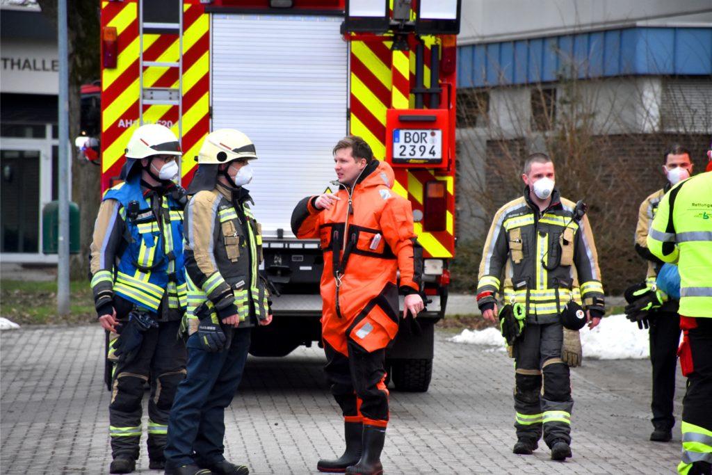 Mit speziellen Überlebens-Anzügen wie diesem sind zwei Feuerwehrleute in das eiskalte Wasser gestiegen, um die Kinder zu retten. Weitere Feuerwehrleute arbeiteten sich mit einem Schlauchboot zu den Kindern vor.