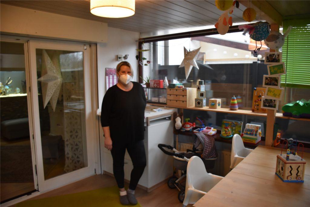 Mitten im Spielzimmer steht Tagesmutter Miriam Wolfrath. Tische, Stühle, Spielzeug und Wickelfläche: Alles muss nachmittags nach dem Besuch der Kinder desinfiziert werden.