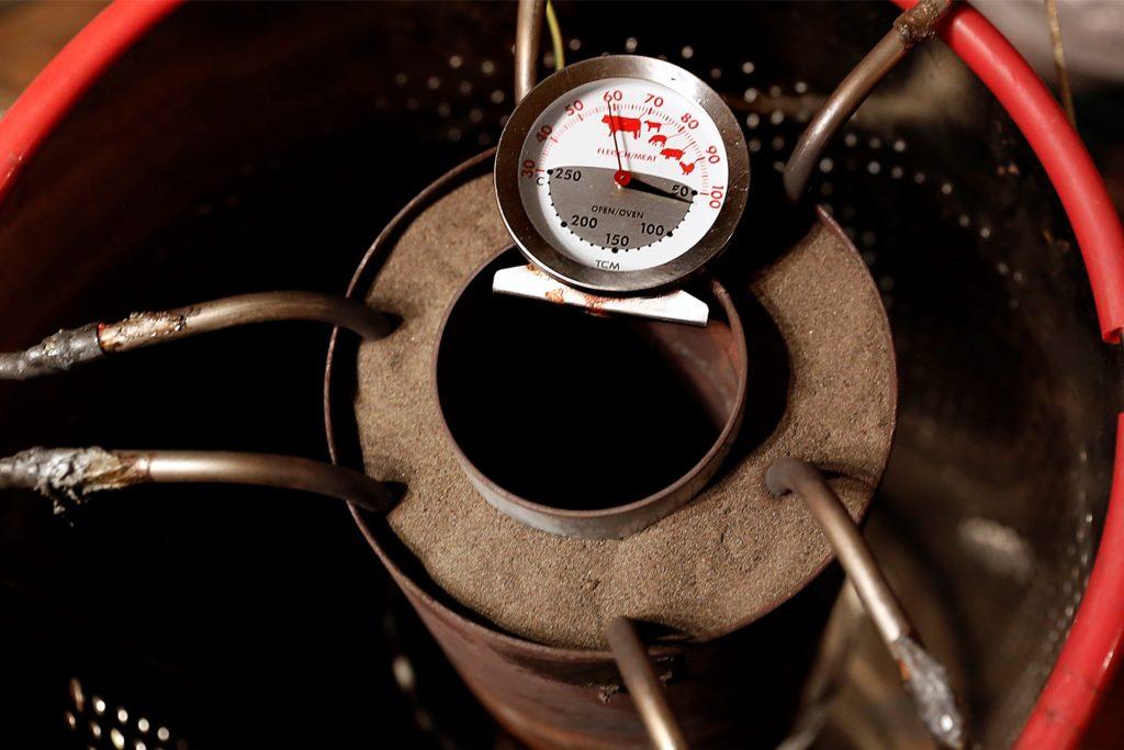 Eisensand heizt sich auch nach Ende der Wärmezufuhr weiter auf.