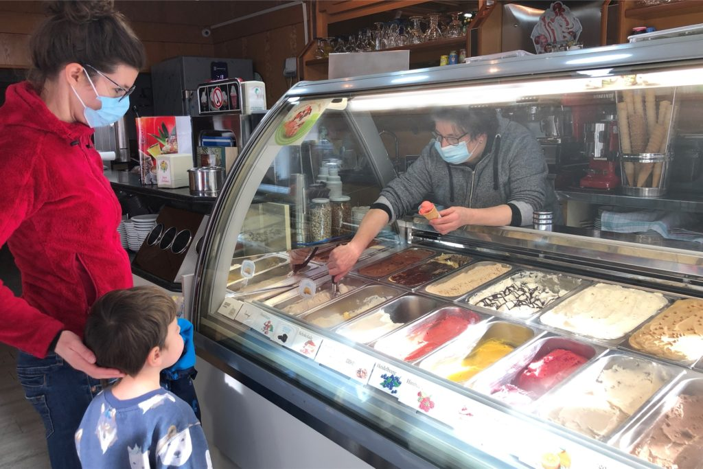 Christine Schuchmann und ihr Sohn Jorin kaufen ein Eis im Eiscafé Dolomiti an der Bahnhofstraße 288.