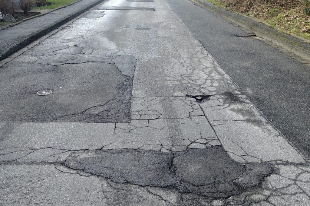 Viele Straßen wurden während des Winterwetters gar nicht gestreut oder geräumt. Das liegt an den unterschiedlichen Prioritäten, so die Stadt. Jetzt ist alles getaut - und die Straßen sehen teils schlimmer aus als zuvor.
