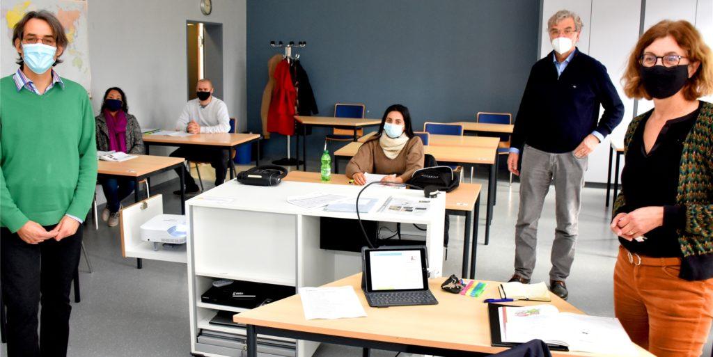 Dr. Nikolaus Schneider (l.) und Adelheid Boer von der VHS – hier in einem Deutschkurs mit Dozent Reinhold Lensing im vergangenen November. Präsenzkurse sind im Moment nicht möglich. Die VHS weitet dafür ihr Onlineangebot aus.
