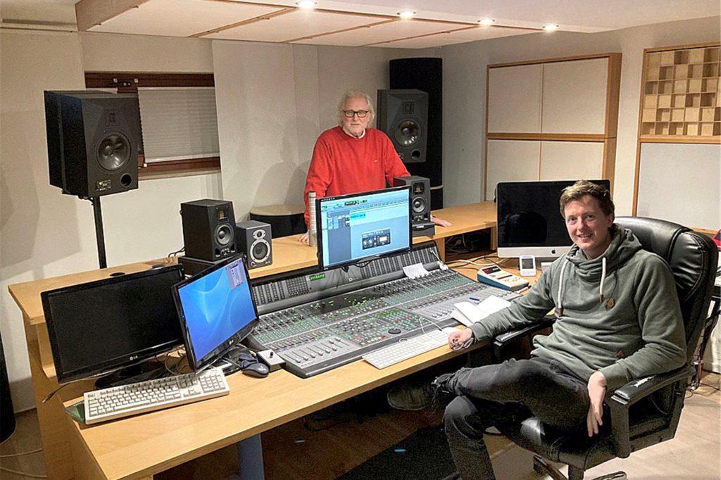 """Andreas Burghardt (l.) und Lucas Flock nahmen im Ergster Tonstudio ihrer Firma Mainmix die Hörbuchfassung des Krimis """"Klaska und die Anwältin"""