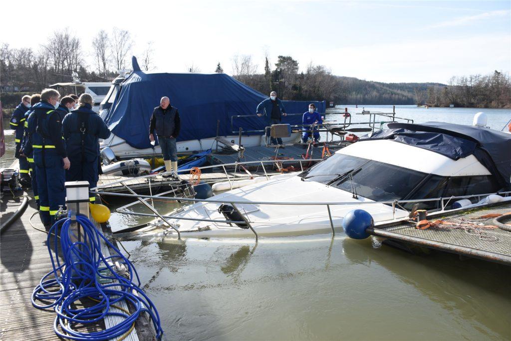Die Front der Yacht versinkt im Wasser. Der hintere Bereich war bereits auf Grund gelaufen.