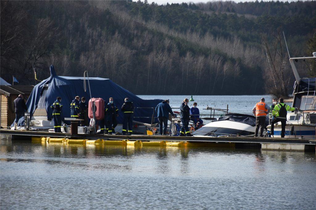 In der Flaesheimer Marina war die Motoryacht aus bislang unbekannter Ursache gesunken.