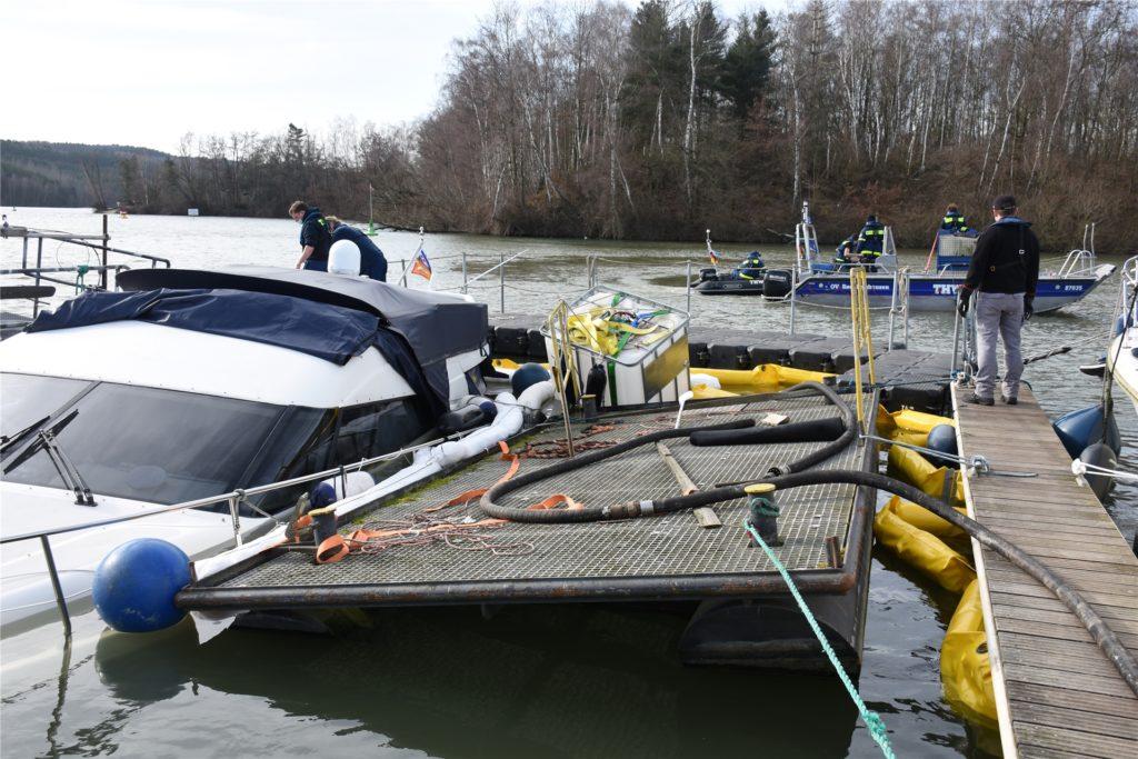 Einer der Wassertanks ist neben dem Boot zu sehen. Er wurde versenkt und sollte dem Boot schließlich wieder Auftrieb geben.