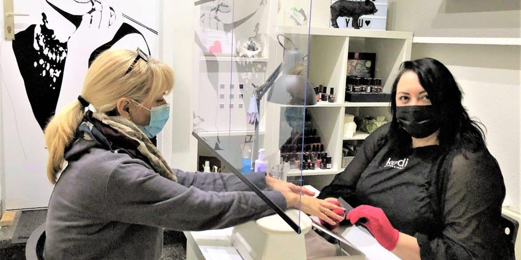 Nur fürs Foto demonstrieren  Anna Polykova (r.) und Friseurmeisterin Ulrike Wernicke, wie coronasicher der Arbeitsplatz der Nageldesignerin ist.
