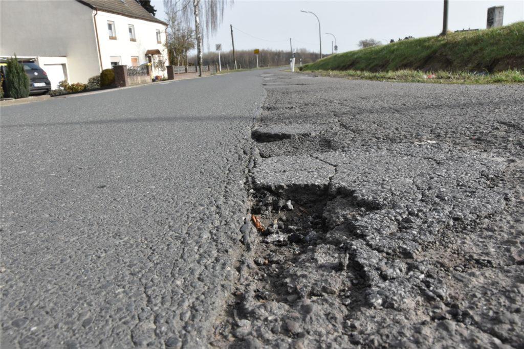 Klein aber tief - dieses Loch an der Ortsausfahrt in Richtung Kreis Unna kann Autofahrer ganz schön durchrütteln.