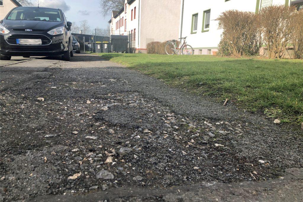 Der Bürgersteig in der Straße Im Hagen ist in einem sehr schlechten Zustand. Im Hintergrund sind die Mülltonnen zu sehen, bis zu denen Michael Wöhrmann über den nicht geräumten Bürgersteig lief.
