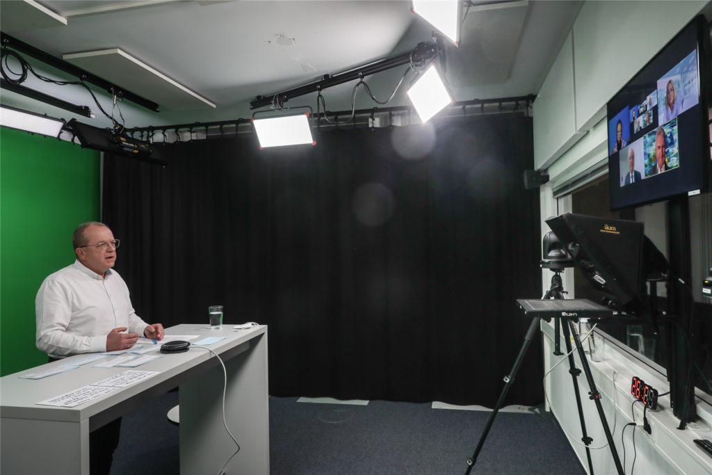 """Aus dem Studio in Dortmund heraus moderierte Redakteur Ulrich Breulmann die digitale Talk-Runde """"Wir müssen reden über ..."""" Am Dienstagabend ging es um die zunehmende Existenznot im Einzelhandel."""