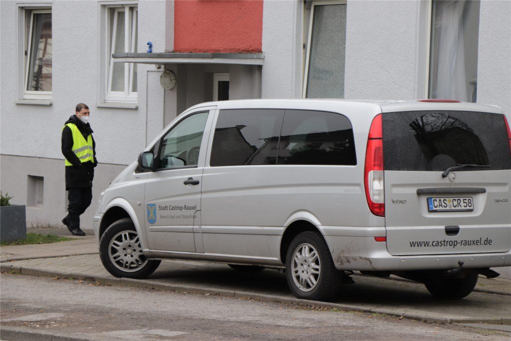 Ein Sicherheitsdienst und die Stadt Castrop-Rauxel schauen derzeit genau hin, wer die Häuser an der Harkortstraße betritt und verlässt.