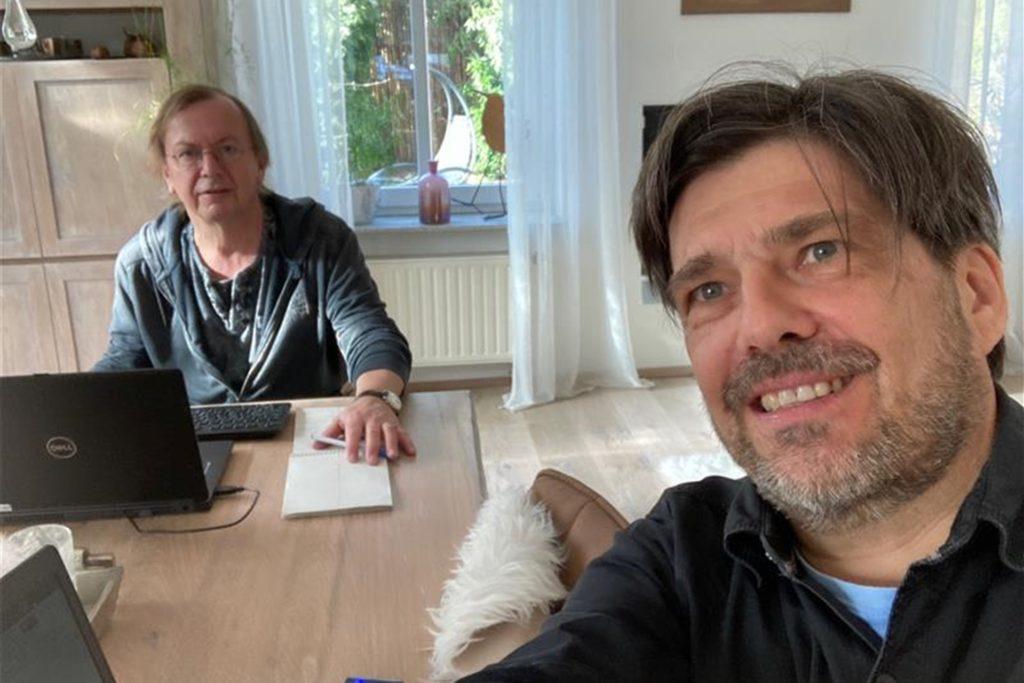 Die Kollegen Reinhard Schmitz (l.) und Heiko Mühlbauer haben es ins Licht geschafft: Sie sind in einem Wohnzimmer gelandet. Dort gibt es Strom.