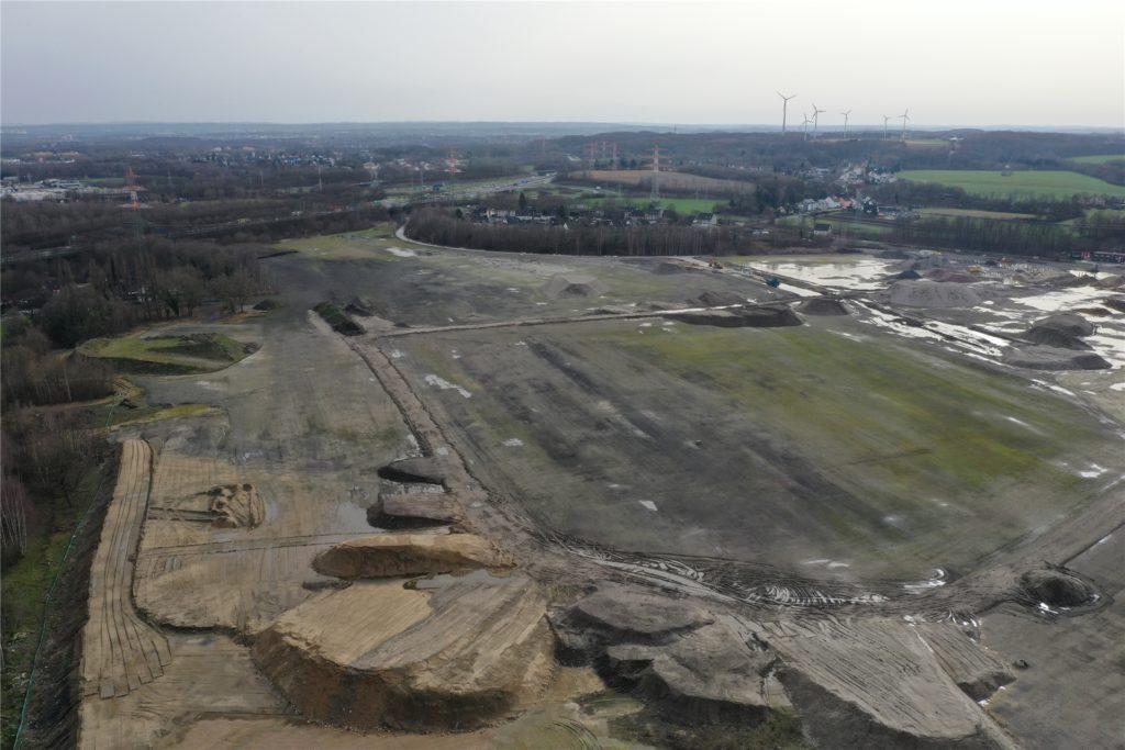 Das Gelände, auf dem einst das Steinkohlekraftwerk Gustav Knepper stand, ist im Februar 2021 eine Gesteins- und Schlammwüste. Hier soll ein neues Industrie- und Gewerbegebiet entstehen.