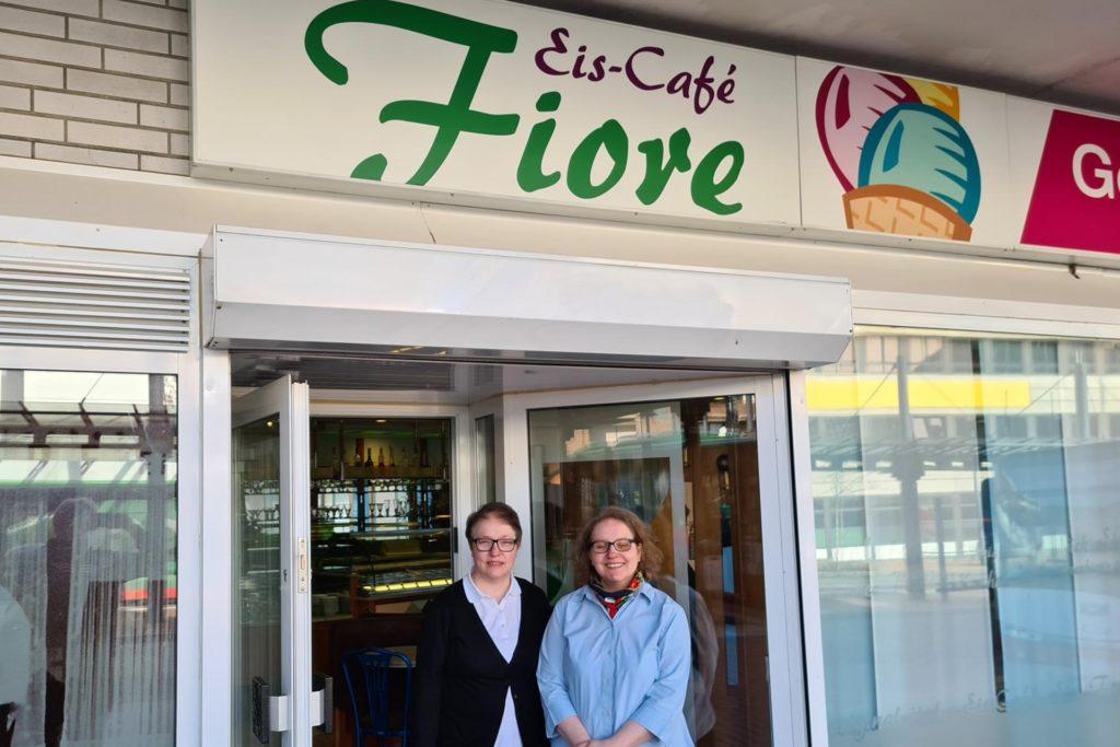 Patrizia (l.) und Lucia Fiore vor ihrer geschlossenen Eisdiele. Öffnen wird sie wohl nicht mehr.