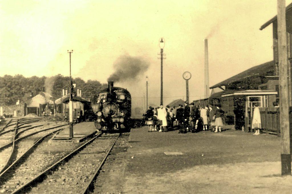 Ein Bild vom Bahnhof aus dem Jahr 1955: Früher spielte die Eisenbahn als Verkehrsmittel im Leben der Stadtlohner eine wichtige Rolle.