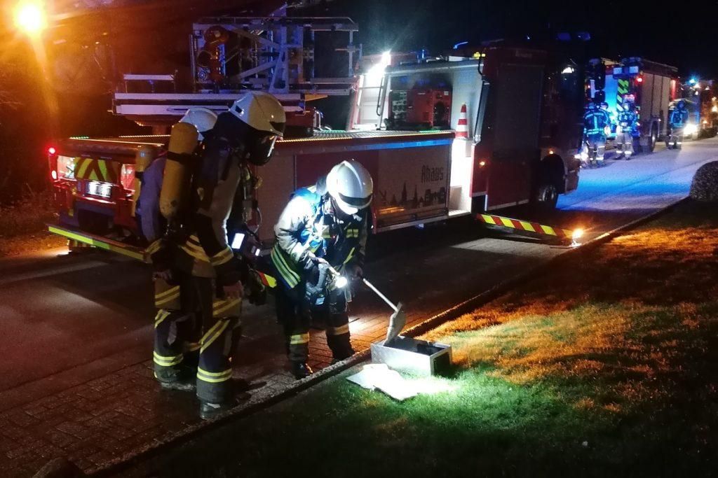Die Einsatzkräfte holten das Brandgut aus dem Kamin.