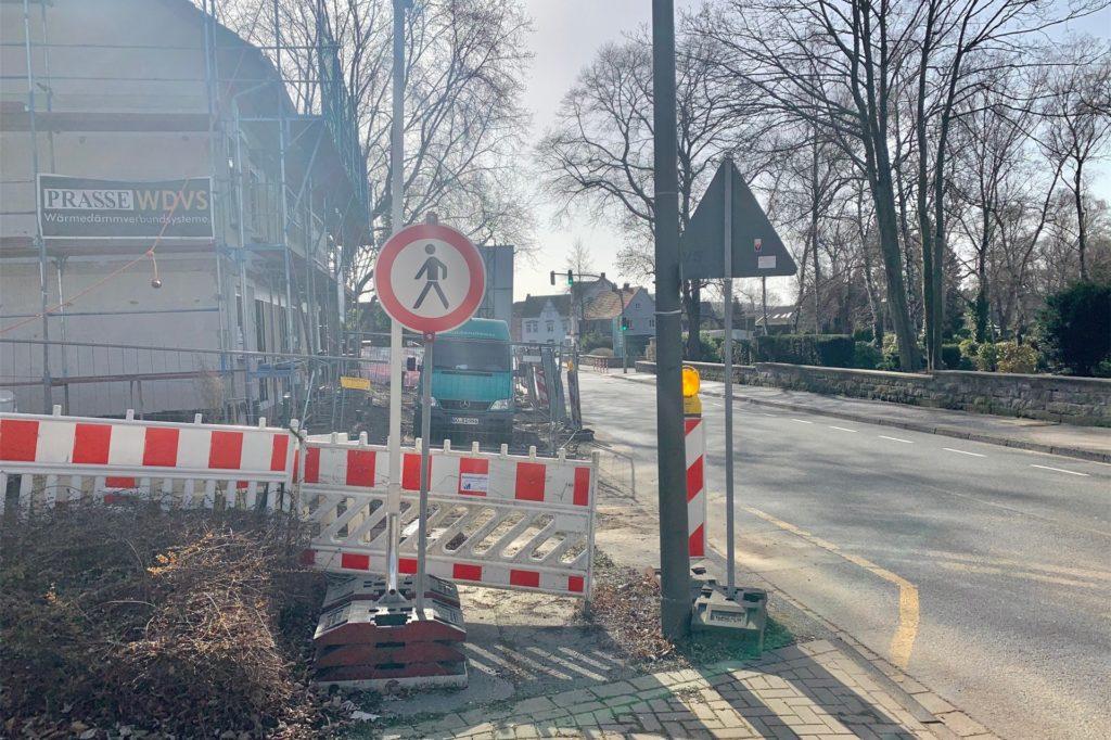 Diese Absperrung ist in der Kritik. Nur deswegen steht überhaupt die provisorische Fußgängerampel vor dem Awo-Kindergarten.