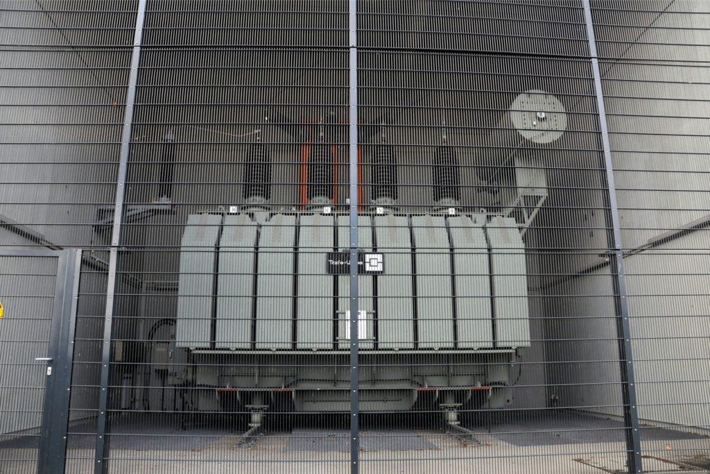 Drei mächtige Transformatoren reduzieren im Umspannwerk an der Liethstraße den ankommenden Strom aus der 110.000-Volt-Überlandleitung für die Verteilung im Stadtgebiet auf 10.000 Volt. Im zugehörigen Schaltgebäude dahinter brach der Brand aus.