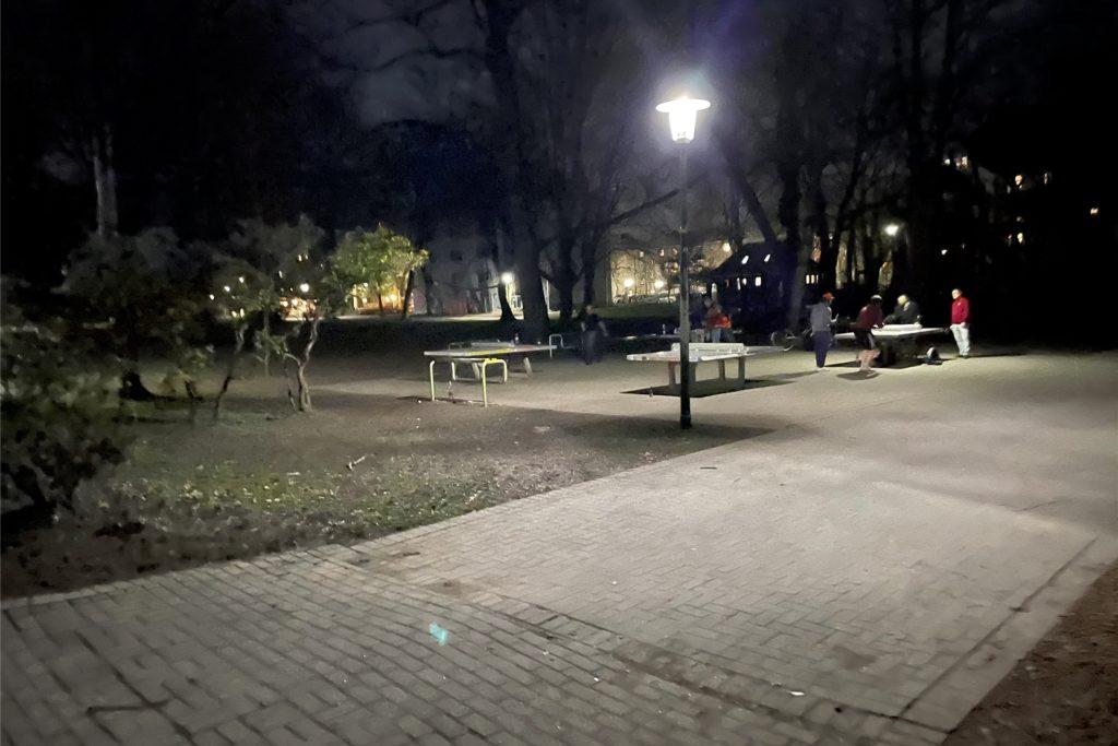 Tischtennis bei Flutlicht im Westpark.