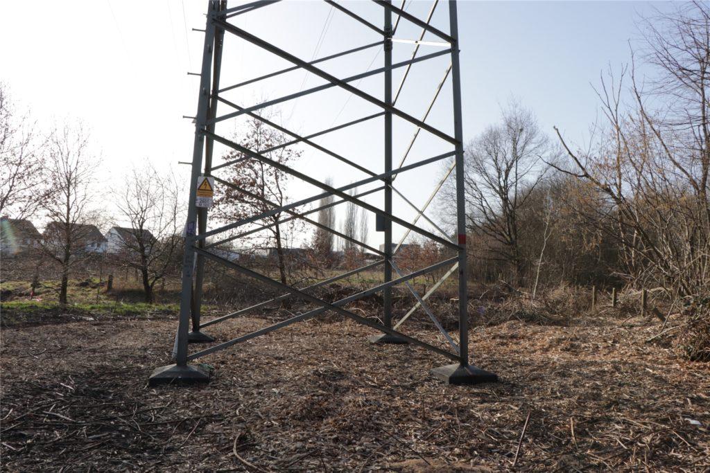 Eine Hochspannungsleitung führt über das Gebiet. Direkt darunter wird kein Haus gebaut, aber im Umfeld schon.