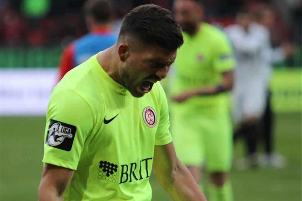 Gökhan Gül jubelt im Trikot des SV Wehen Wiesbaden. Momentan ist der 22-Jährige bei Fortuna Düsseldorf aktiv.