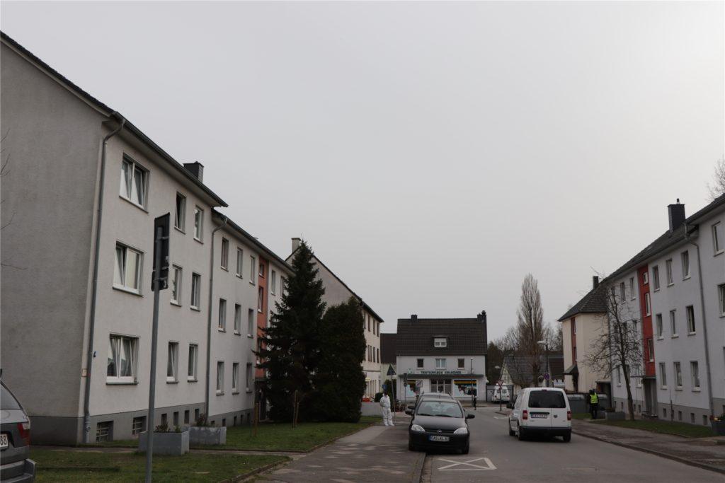 In diesen Wohnungslosen- und Flüchtlings-Unterkünfte in Merklinde, links und rechts dieser Straße, wohnen knapp 100 Menschen.