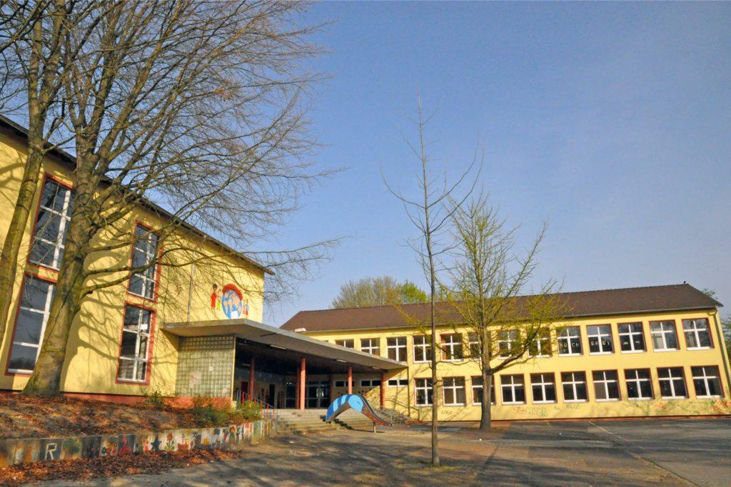 Früher eine Schule, dann eine Unterkunft für Geflüchtete und Obdachlose: die Harkortschule in Merklinde.