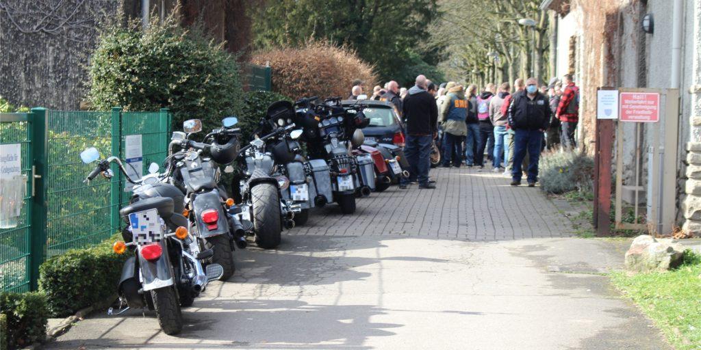Motorräder der Bandidos-Rocker parken vor dem Eingang zum Friedhof in Dortmund-Huckarde.