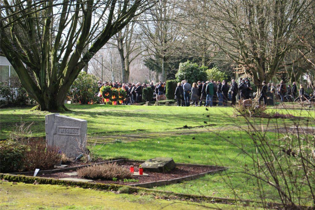 Dicht an dicht stehen Bandidos bei der Beerdigung eines Club-Mitglieds auf dem Friedhof in Huckarde am Freitag (26.2.) zusammen.